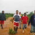 """Comisión del Consejo Comunal """"Pío Tamayo"""" a la urbanización Yucatán en búsqueda del orígen de la vertiente de agua que inunda la comunidad"""