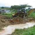 Abertura de zanja para drenaje en el sector Simón Bolívar