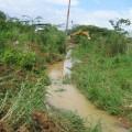 Retroexcavadora abriendo canal de drenaje en el sector Simón Bolívar