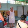 """Refugiados y Mayela Paiva, vocera del Consejo Comunal """"Pío Tamayo"""", Comité de Tierras Urbanas, en la escuela de Romeral III"""