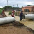 Comisión de Hidrolara descargando tubos PVC al sector inundado Simón Bolívar